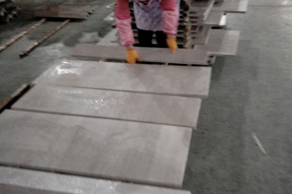 贴好木纹转印膜的铝板隔开晾干