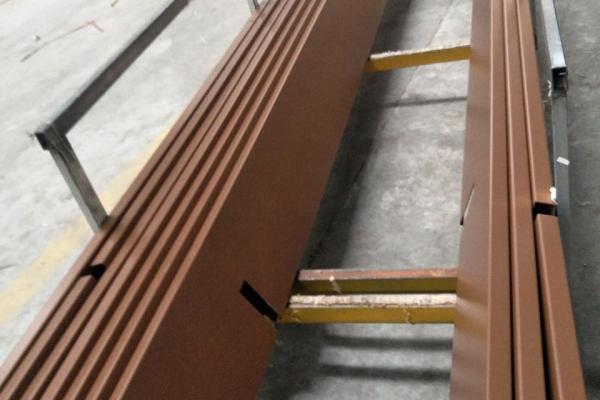 静电喷粉处理后铝板放在推车上等待下一到工序
