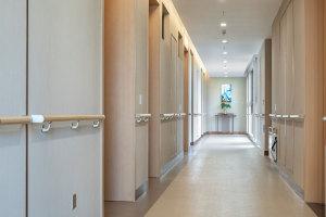 带扶手的走廊过道