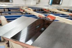 拉丝和光面氧化铝板对比