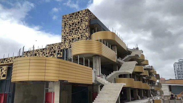 凹凸造型铝单板阳台和金色镂空铝单板外墙