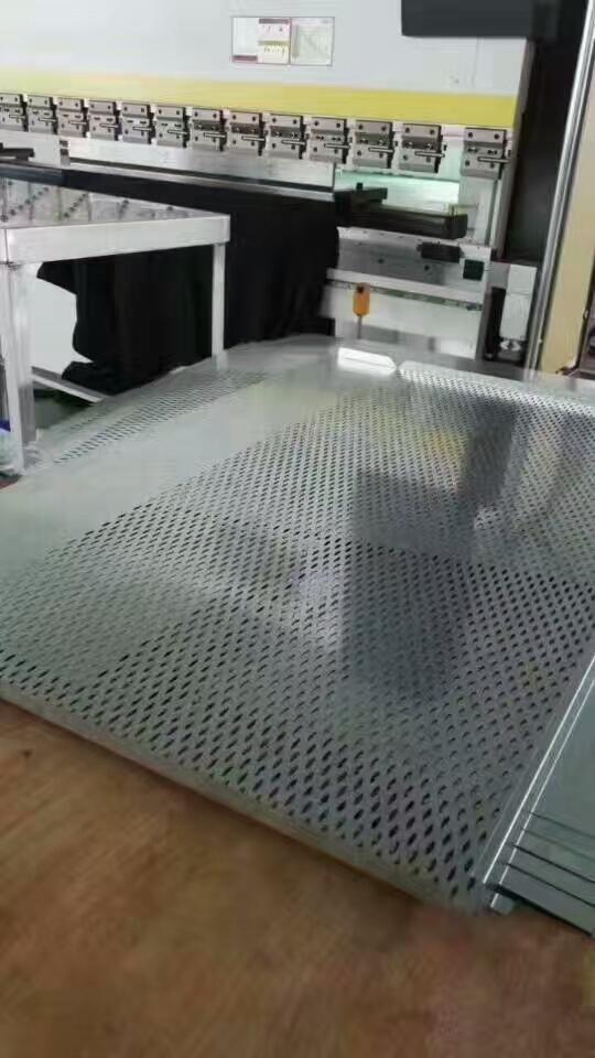 冲孔勾搭铝单板正在折弯