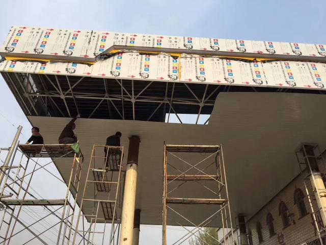 加油站吊顶正在安装C形铝条扣