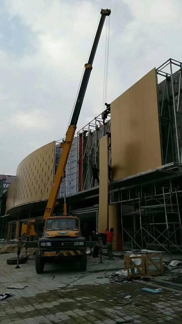 外墙铝单板正在吊装
