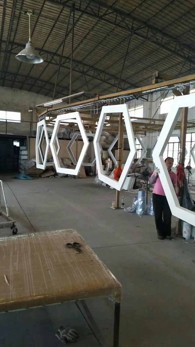 六边形铝单板刚完成喷涂烤漆工艺