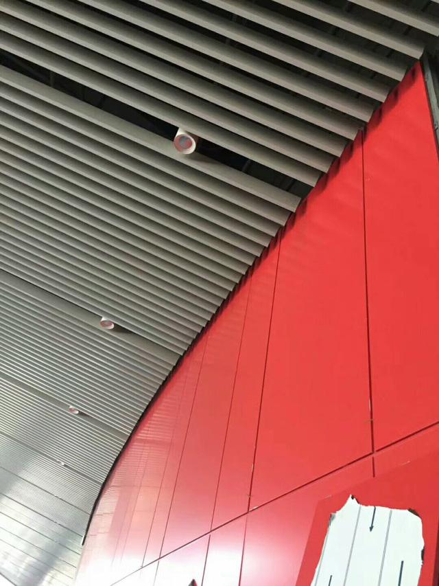体育馆过道白色吊顶U形铝方通