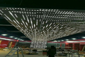 走廊过道正在安装吊顶冲孔铝单板