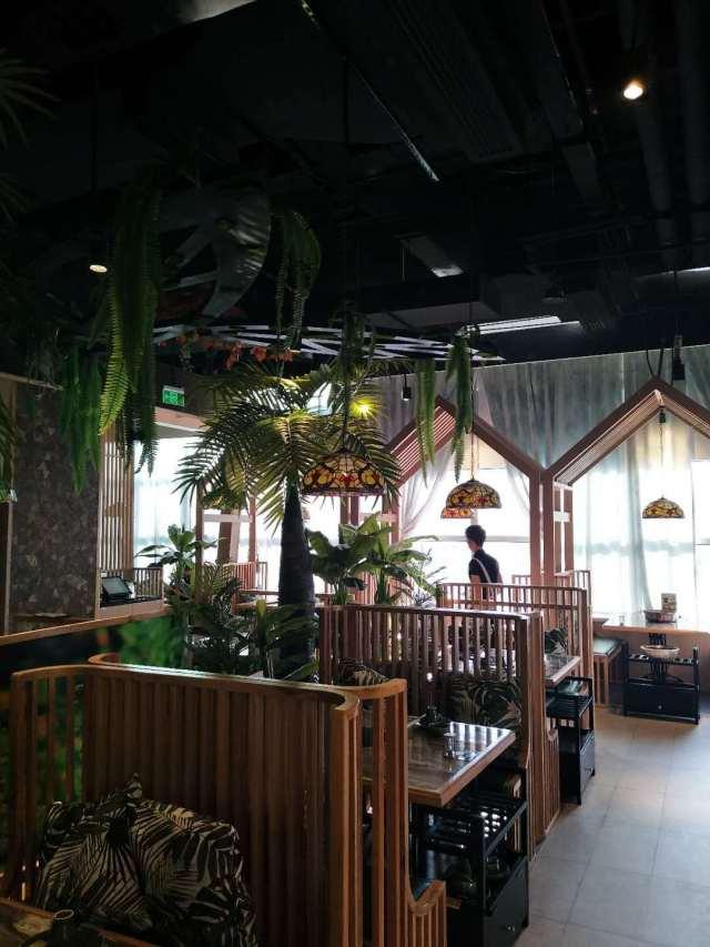 餐馆木纹色铝合金围栏