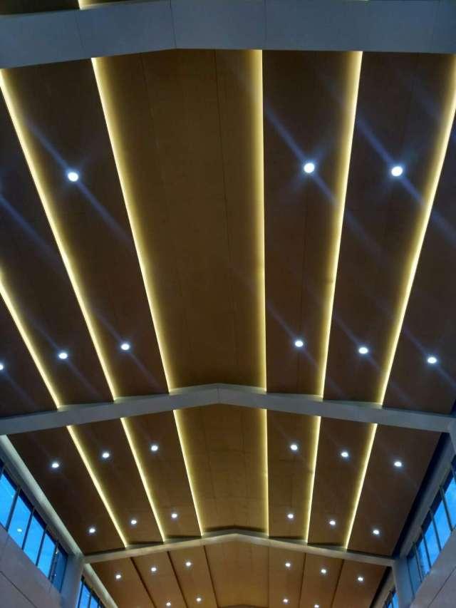 阶梯式吊顶木纹铝单板