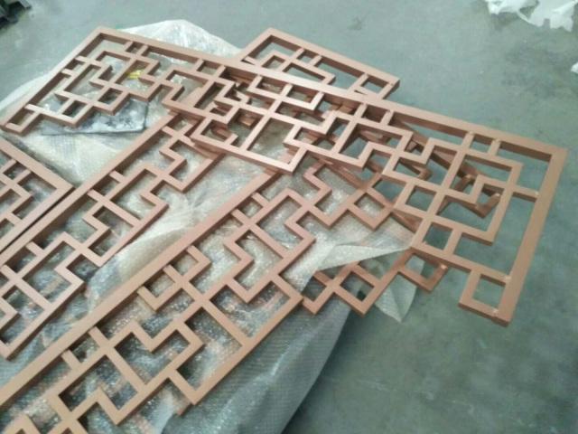中式四合院木纹铝窗花门头