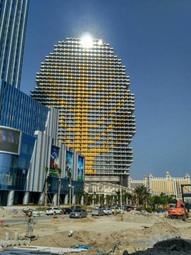 珠海梧桐树大楼金色外墙双曲铝单板阳台