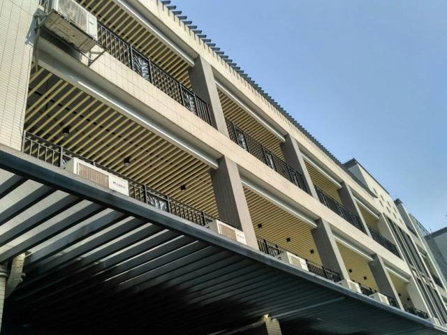阳台安装木纹色铝方通