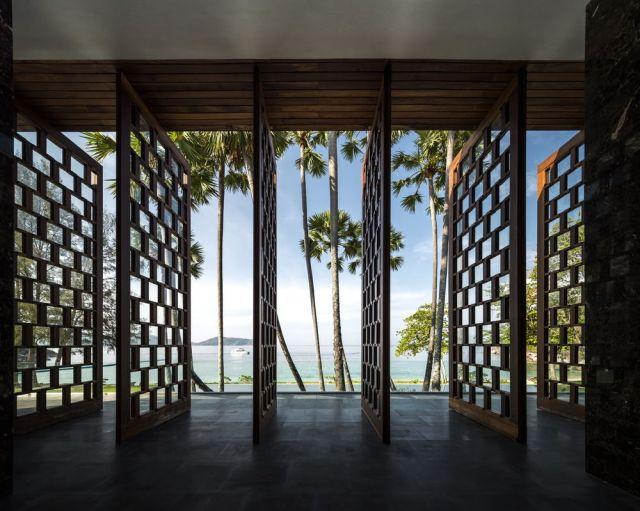 沙滩别墅走廊木纹色铝合金屏风
