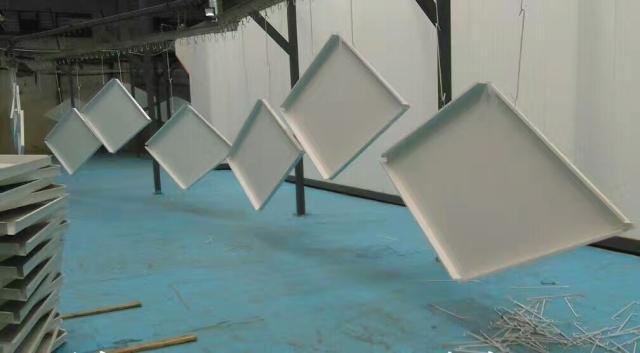 高边菱形吊顶勾搭铝单板正在喷涂