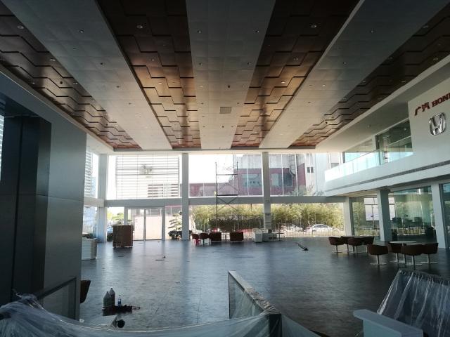 广汽本田4S店凹凸造型白色和木纹相间吊顶铝单板