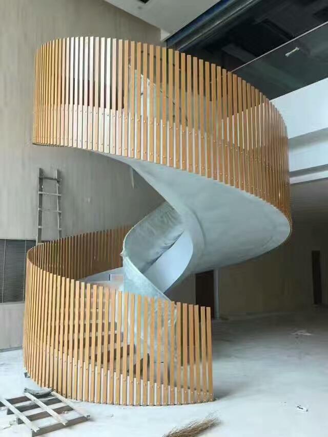 旋转楼梯安装铝方通组装扶手