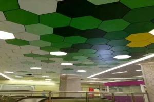 地铁站六边形多种颜色拼图吊顶造型铝单板
