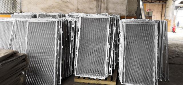 各规格铝拉网单板半成品暂时堆放等待喷烤漆