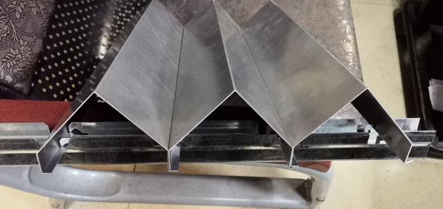 勾搭式V形铝挂片安装节点