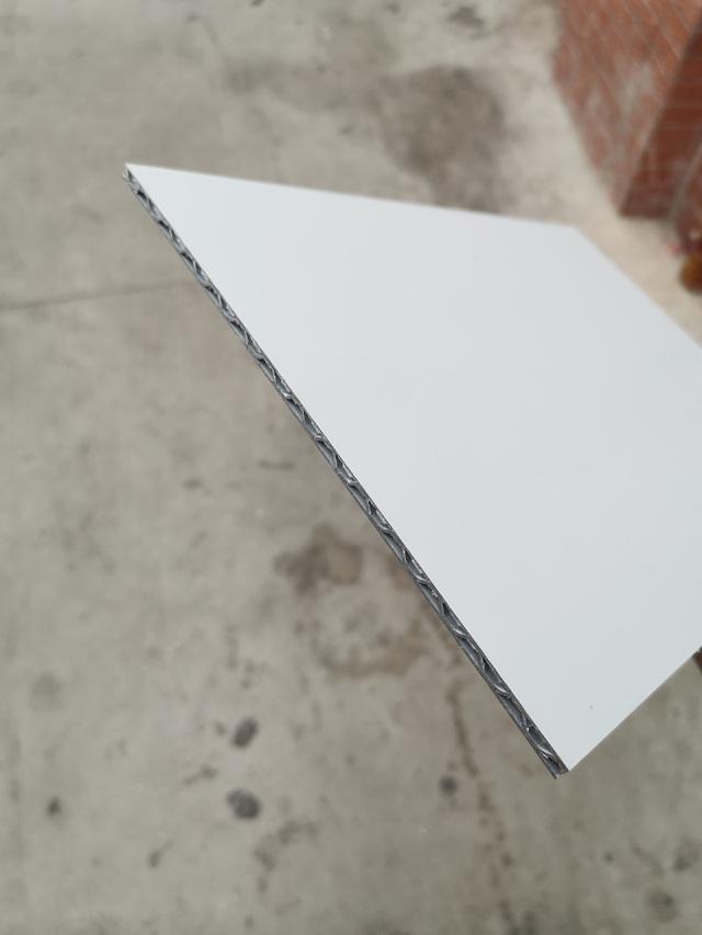 双面辊涂白色锥心三维瓦楞复合板截面细节