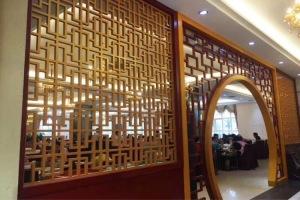 木纹色拱门屏风铝窗花