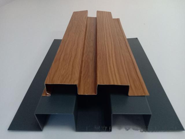 木纹色和深灰色辊压成型长城铝板
