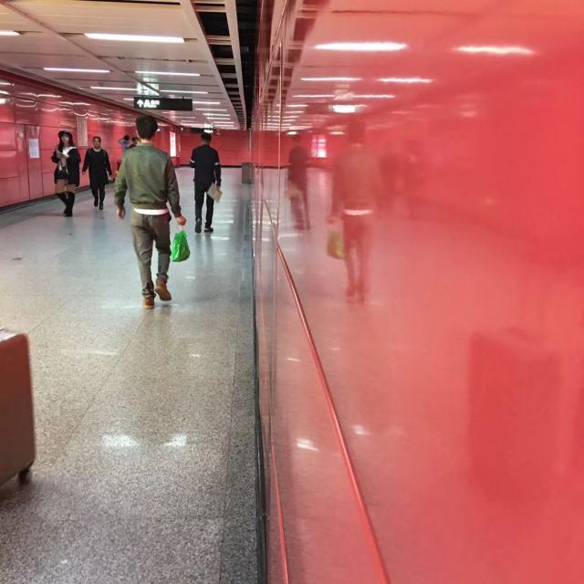 地铁站粉墙面红色烤瓷铝板高光面