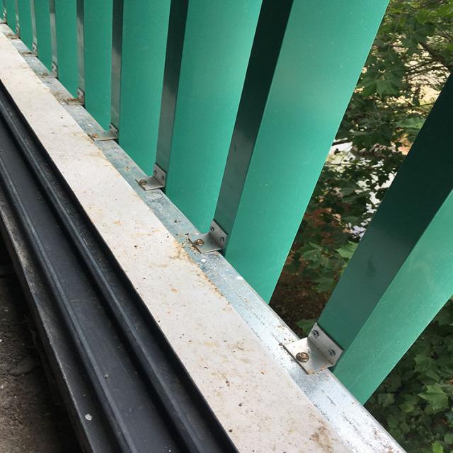 墙面立式铝格栅安装在墙体上