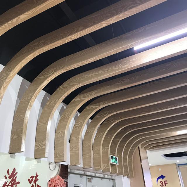 走廊木纹色弧形铝方通吊顶