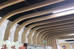 弧形铝方通交错安装 木纹色弧形铝方通