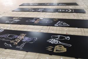 激光喷绘图案黑色铝单板