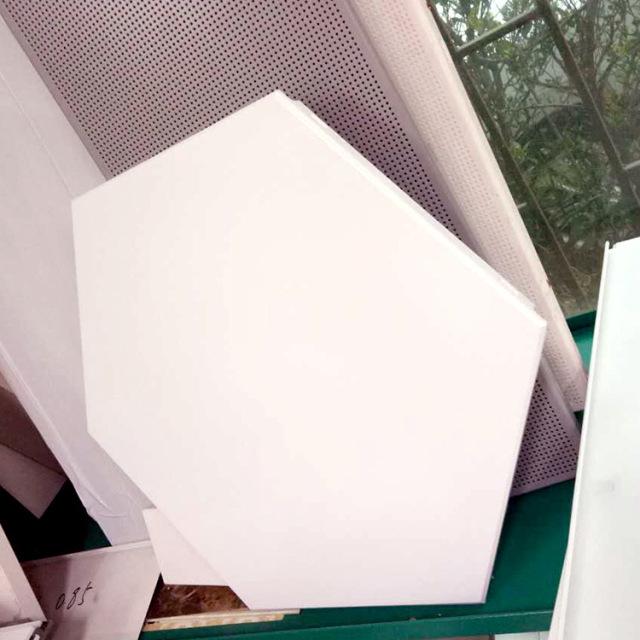 白色六角形跌级铝扣板