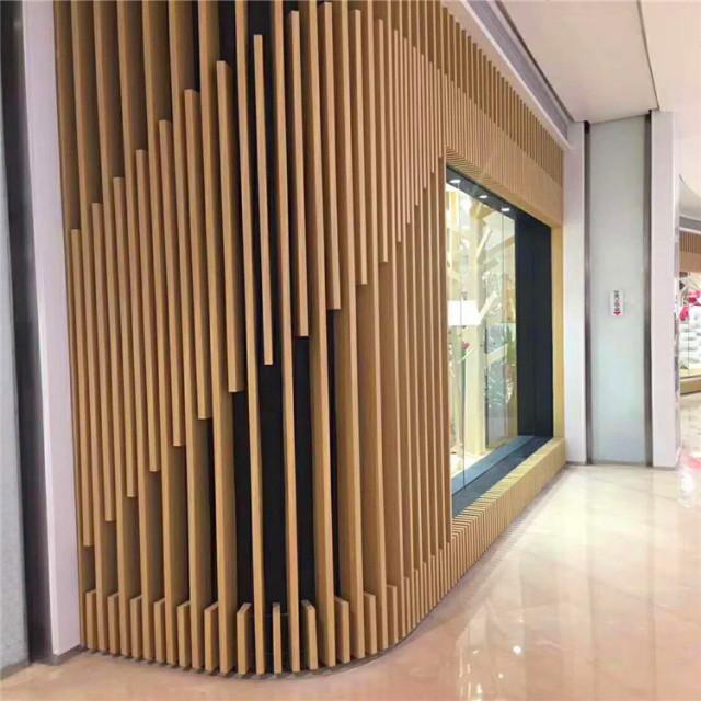 商店橱窗外安装立式木纹铝方管