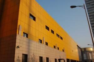 工人正在安装黄色外墙铝单板 外墙铝单板安装视频