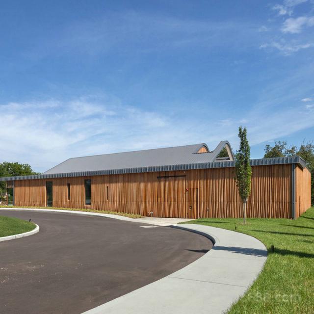 外墙木纹色立式铝格栅栅栏