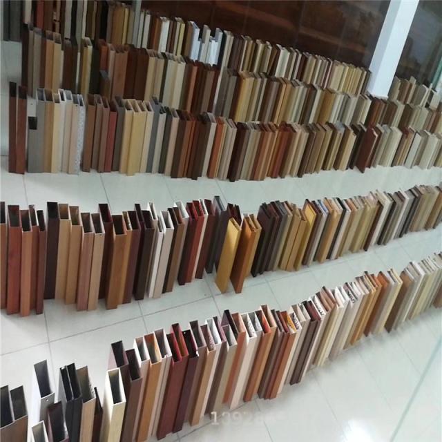 各种颜色的木纹铝方管