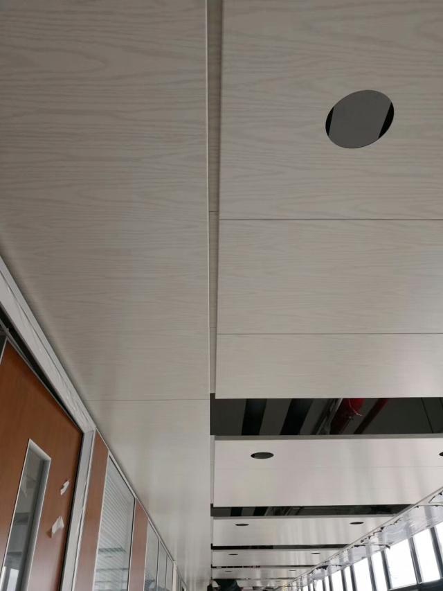走廊吊装木纹铝板天花预留灯孔
