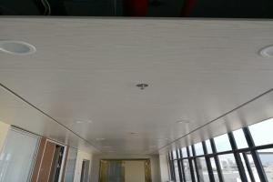 走廊吊顶木纹铝单板