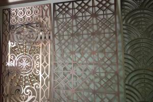 铝板雕刻和浮雕古铜色屏风