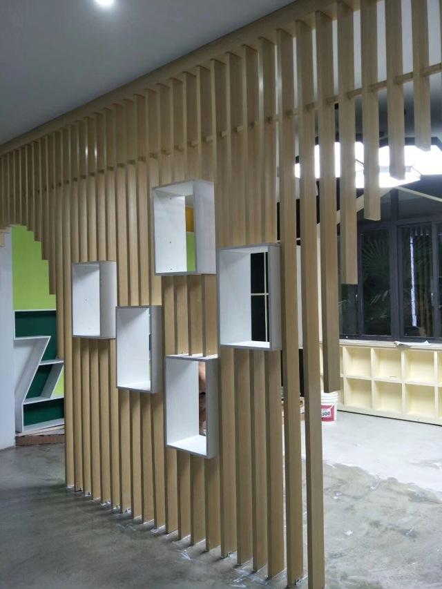 室内木纹色铝方管隔断内嵌小窗户