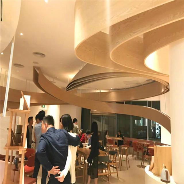 咖啡店吊顶丝带造型弧形铝方通