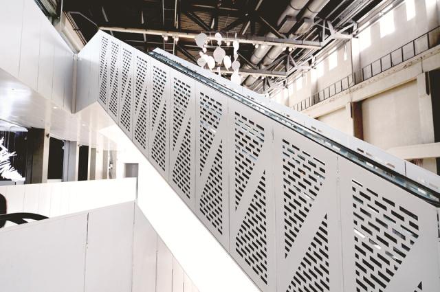 电梯两侧安装哑光白色烤瓷铝板