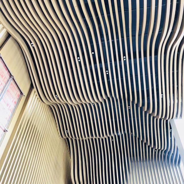 S形波浪造型木纹铝方通吊顶