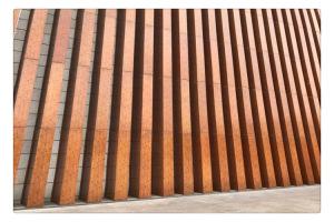 木纹色立式铝格栅外墙方通