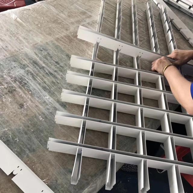 工人正在安装铝格栅单元格