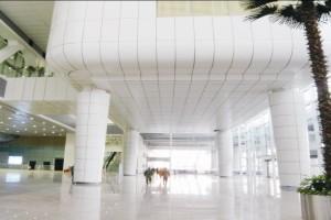 机场大堂吊顶和包柱陶瓷铝单板