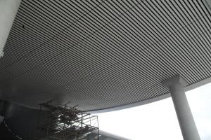 高铁站楼梯过道铝方通吊顶
