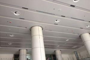 白色凹凸铝单板吊顶和白色包柱铝单板