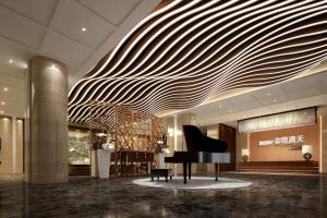 音乐厅主席台弧形铝方通灯槽内藏灯带
