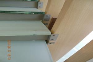 楼梯与弧形木纹铝方通通过夹件固定